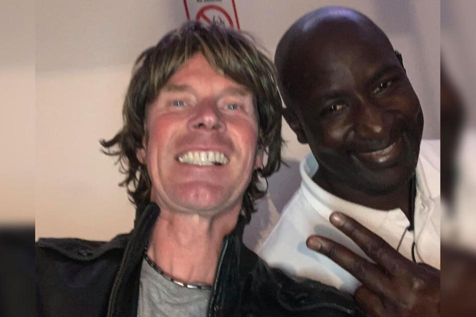 """Als """"mein bester Mann"""" bezeichnet Ballermann-Star Mickie Krause (48., l.) den Megapark-Türsteher Abdoulaye, der am Wochenende Opfer einer brutalen Hooligan-Attacke wurde."""