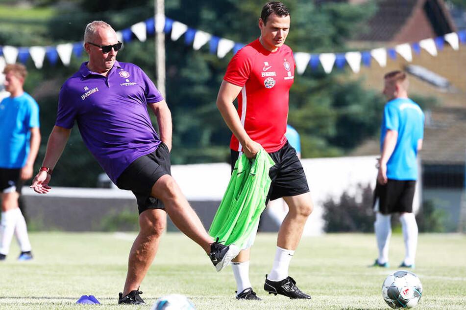 """""""Guck, Marc, so wird das gemacht!"""" FCE-Boss Helge Leonhardt (l.) zeigt Co-Trainer Marc Hensel, wie der Ball zu rollen hat."""