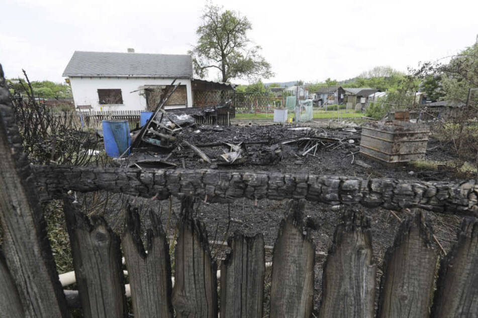 Eine Laube brannte komplett ab, eine weitere wurde durch die Flammen beschädigt.