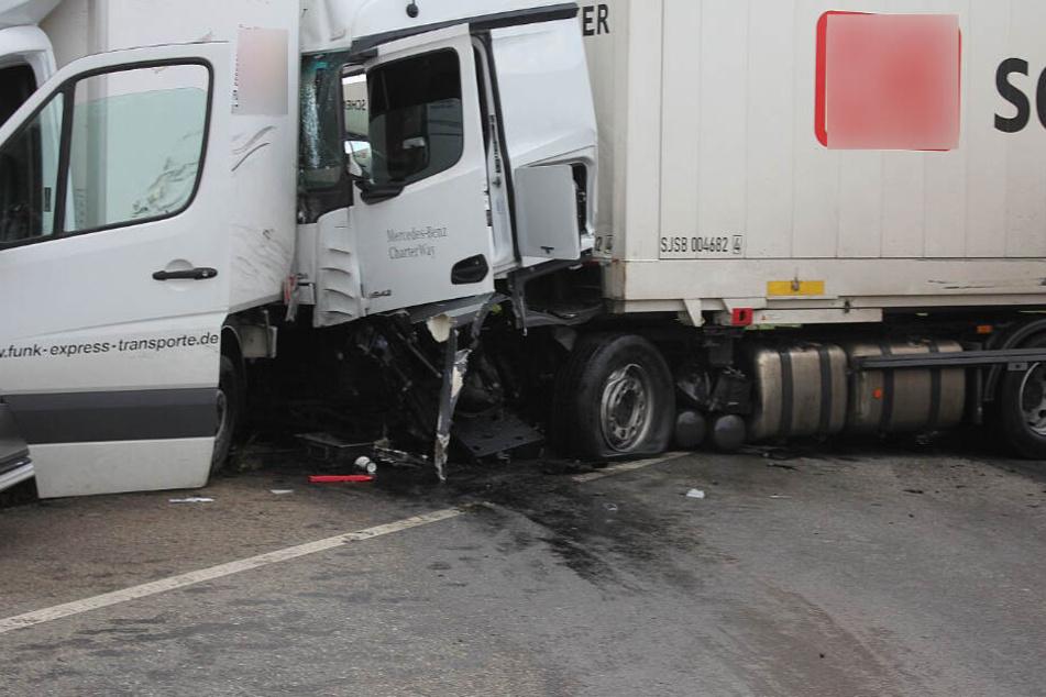 Auch ein Lastwagen ist an dem Unfall beteiligt.
