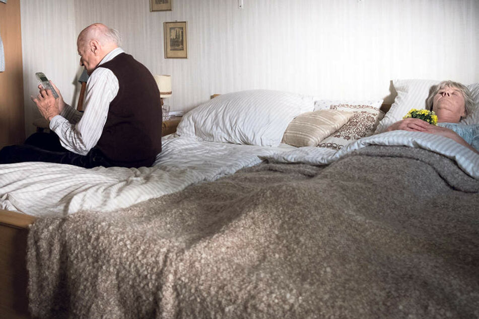 Bedrückender Einstieg: Rentner Claasen informiert die Polizei, nachdem er aus Verzweiflung seine Frau getötet hat.