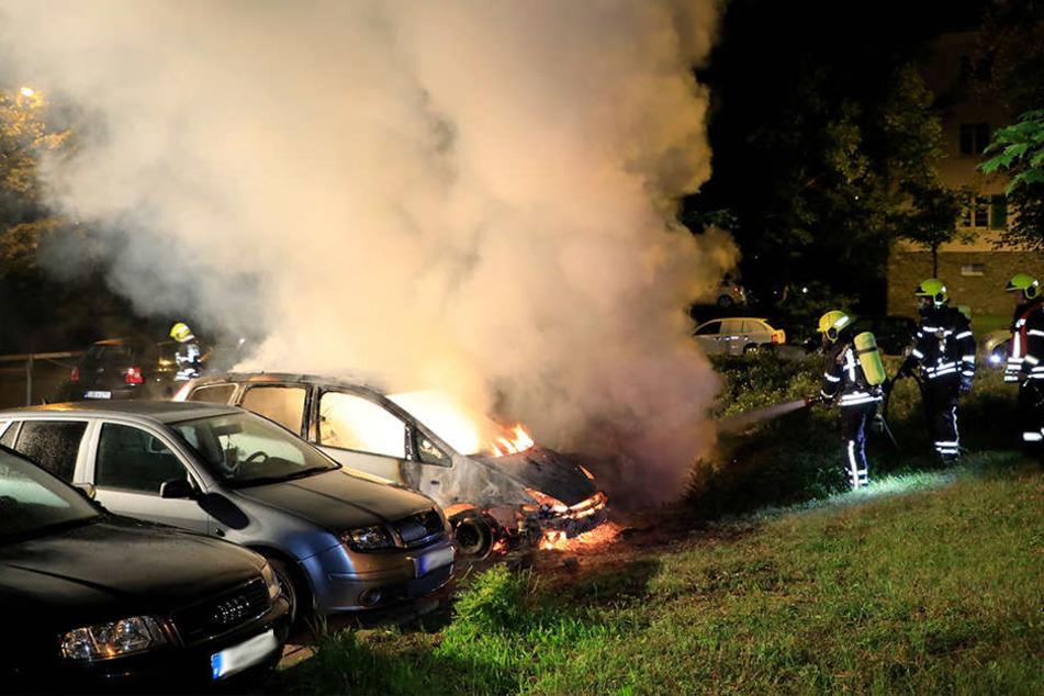 Bei dem Brand in der Nacht zu Montag standen mehrere Autos in Flammen.