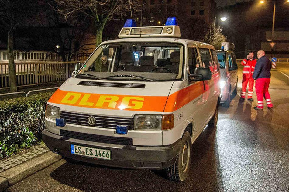 Ein Einsatzwagen eines Rettungsdienstes steht in der Nähe des Neckars, in den der Mann gesprungen war.