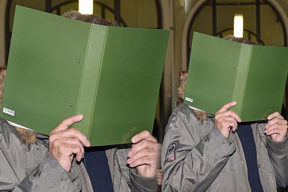 Raser Dirk G. (55) versteckte sich hinter einem Aktendeckel, als er den Gerichtssaal betrat.