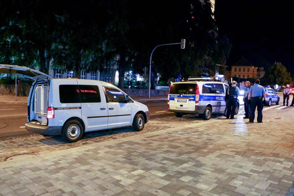 Mehrere Polizisten brachten die aufgeheizte Lage wieder unter Kontrolle.