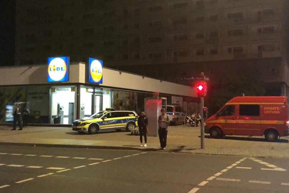Polizei und Einsatzleitung stehen vor Lidl.