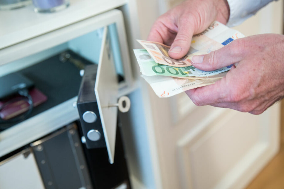 Das Diebespaar erbeutet 25.000 Euro (Symbolbild).