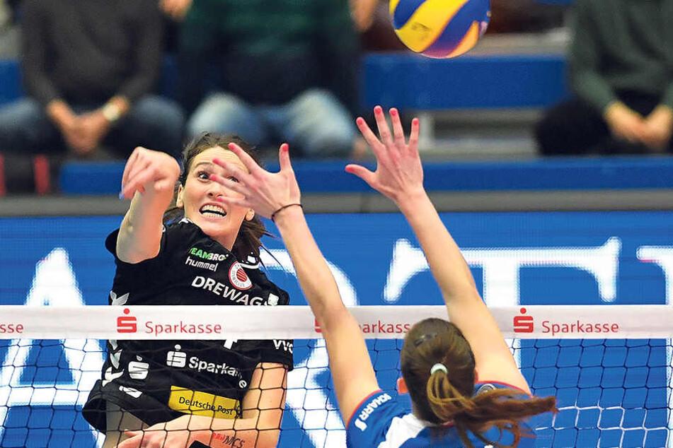 Dresdens Topscorerin Li McMahon schmettert gegen Stuttgarts Renata Sandor. Diese Szene stammt aus dem Pokalspiel. Der DSC schied mit 0:3 im Viertelfinale aus.