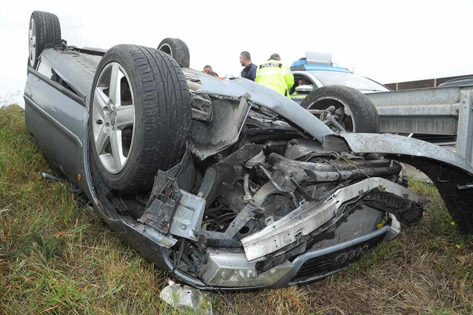Der Audifahrer überschlug sich im Straßengraben mit seinem Auto.
