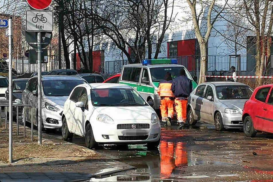 Techniker und die Polizei kümmern sich um die kaputte Wasserleitung und den Verkehr.