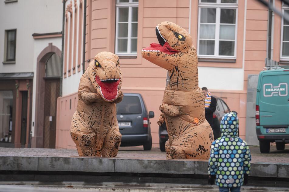 Sie sehen zwar lustig aus, aber solche Dinosaurier-Kostüme erlauben es ihren Trägern trotzdem nicht, sich über die Corona-Regeln hinwegzusetzen. (Symbolbild)