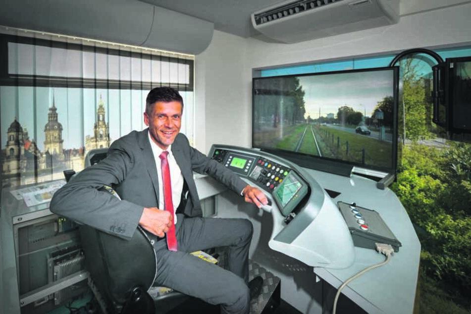 Lars Seiffert (48), DVB-Vorstand, auf dem Fahrersitz des  Straßenbahn-Simulators.