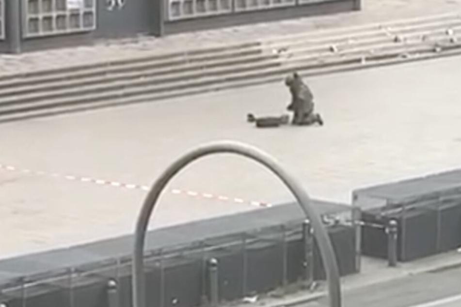 Ein Spezialist der Polizei untersucht das Gepäckstück.