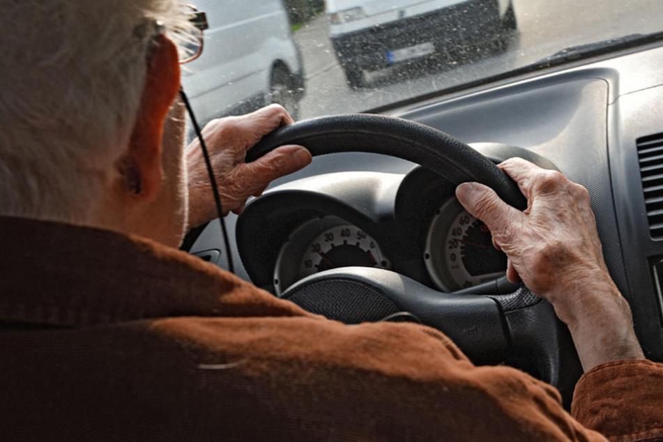 Rentner vertraut auf sein Navi und fährt Fußgängerin um