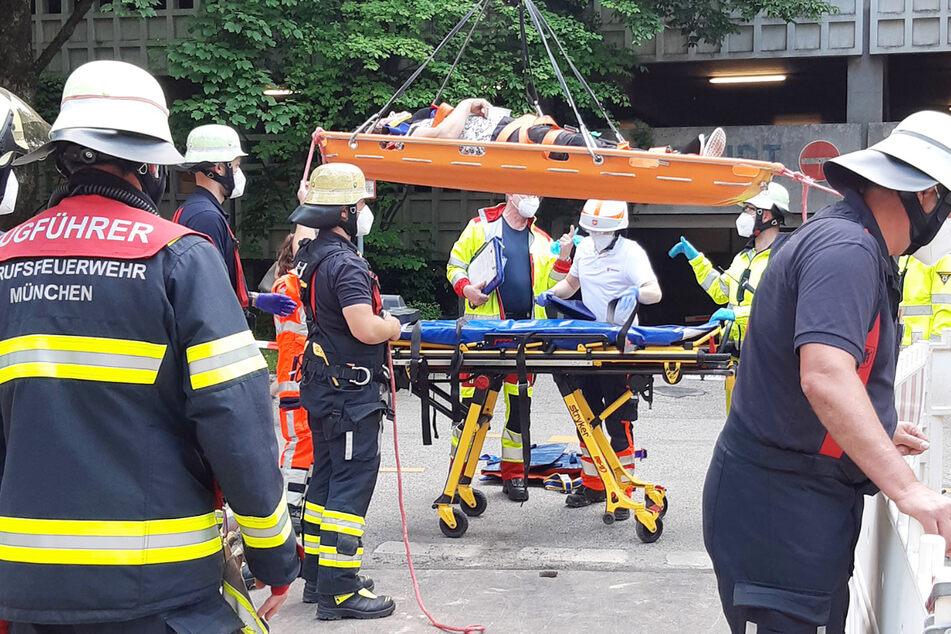 München: Schlimme Szenen in München: Frau stürzt mit Rad an Baustelle fünf Meter in die Tiefe