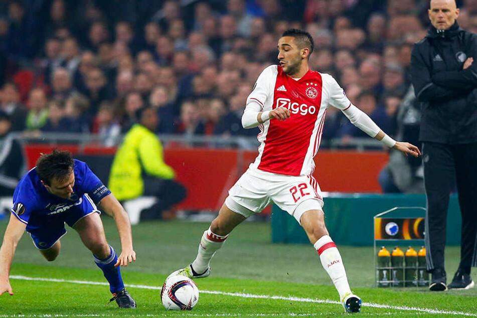 Ajax Amsterdams Spielgestalter Hakim Ziyech (r.) spielt in den Niederlanden eine überragende Saison.
