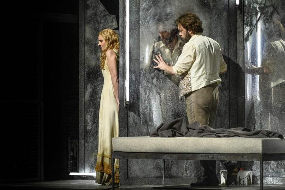 Die Intrige von Telramund und dessen Frau beginnt zu wirken: Die Beziehung von Elsa (Cornelia Ptassek) und Lohengrin (Mirko Roschkowski) bekommt Risse.