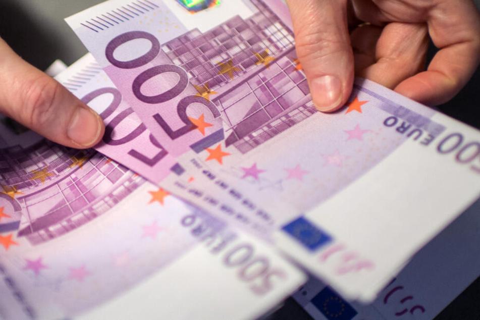 Von Deutschland aus reisten laut Anklage mehrere Kuriere mit Bargeld nach Dubai. (Symbolbild)