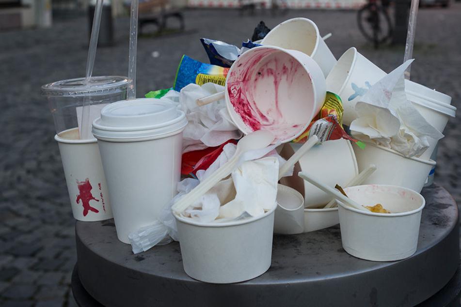 Überall in der Stadt quillen die Mülleimer ständig über.