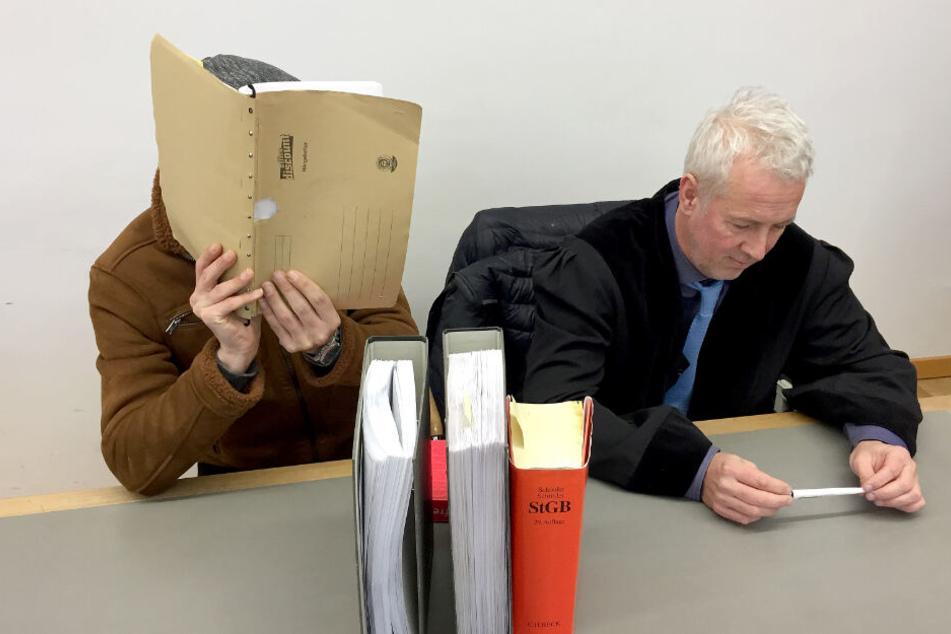 Der Angeklagte (links) versteckt sein Gesicht, neben ihm sein Anwalt.