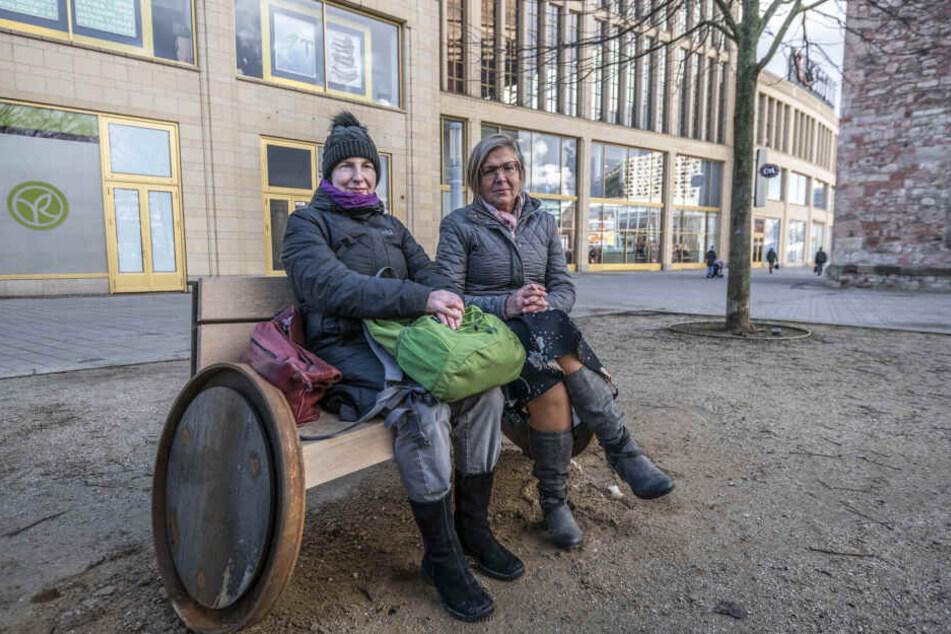 Julia Wunsch (49) (links), Vorsitzende des Behinderten Beirat und Behindertenbeauftragte der StadtChemnitz, Petra Liebetrau (55) wollen die Chemnitzer für das Thema Barrierefreiheit sensibilisieren.