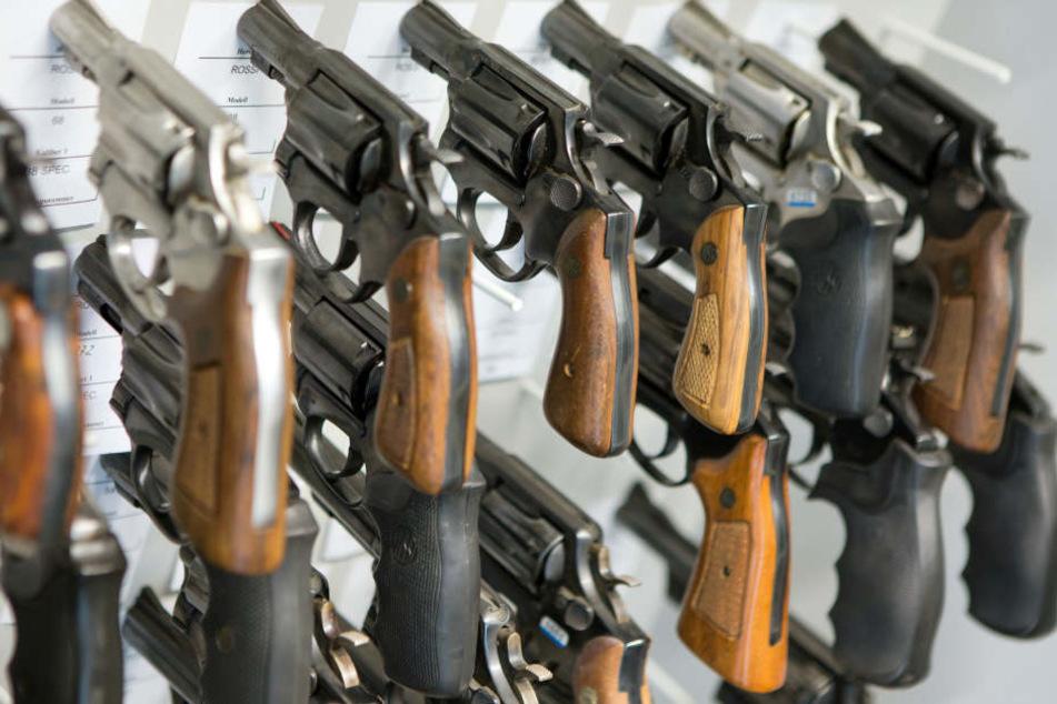 Revolver hängen in der Waffenkammer des Landeskriminalamtes (LKA).