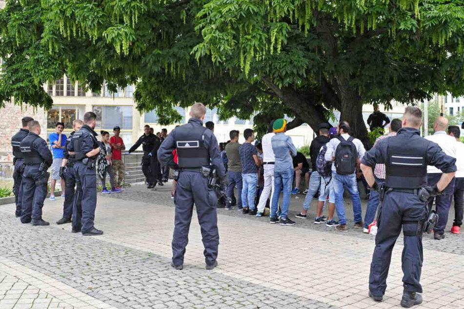 Mit Razzien wurde bisher für Ordnung im Stadthallenpark gesorgt, nun soll es eine permanente Überwachung geben.