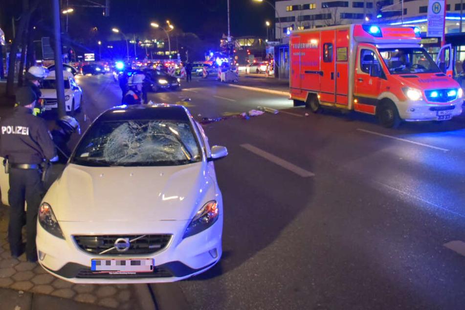 Ein Auto steht mit zersplitterter Windschutzscheibe am Rand der Amsinckstraße in Hamburg. Es soll zuvor zwei Fußgänger erfasst haben.
