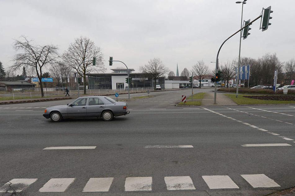 Der Autofahrer (44) war grade auf dem Weg zur Boker Straße, als er gegen den Gullydeckel krachte.