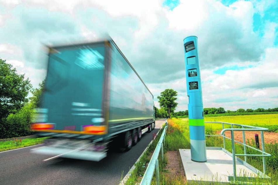 Seit Juli 2018 stehen solche Lkw-Mauterfassungsgeräte an allen Bundesstraßen, auch in Sachsen.