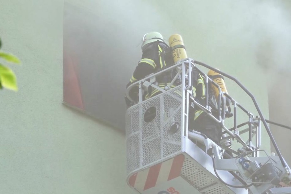 Senior schwer verletzt aus brennendem Hochhaus gerettet