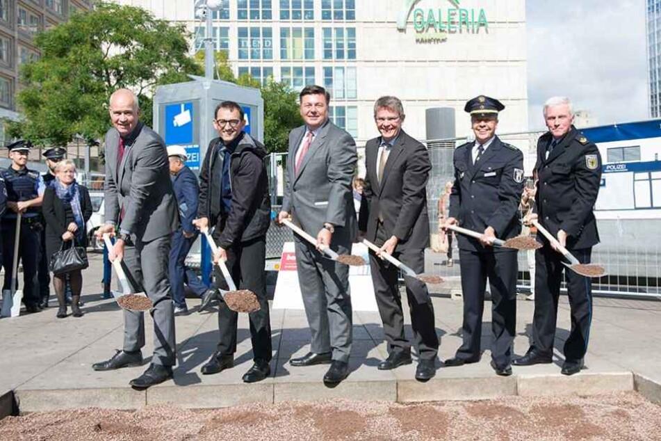 Polizeipräsident Klaus Kandt (3.v.r.) und Innensenator Andreas Geisel (SPD/3.v.l.) beim symbolischen Spatenstich auf dem Alexanderplatz.
