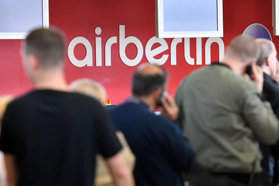 Passagiere warten an einem Serviceschalter von Air Berlin am Dienstag auf dem Flughafen Tegel.
