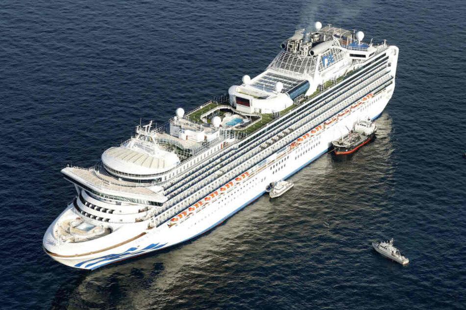 """Das Kreuzfahrtschiff """"Diamond Princess"""" liegt vor der Küste von Yokohama vor Anker."""