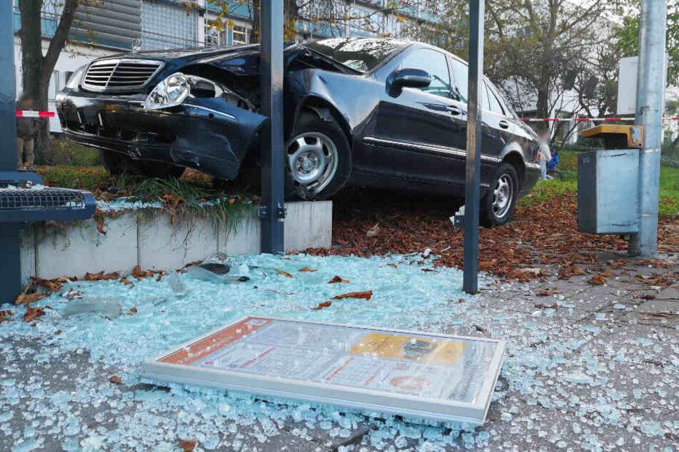 Der schwer beschädigte Mercedes am demolierten Wartehäuschen.