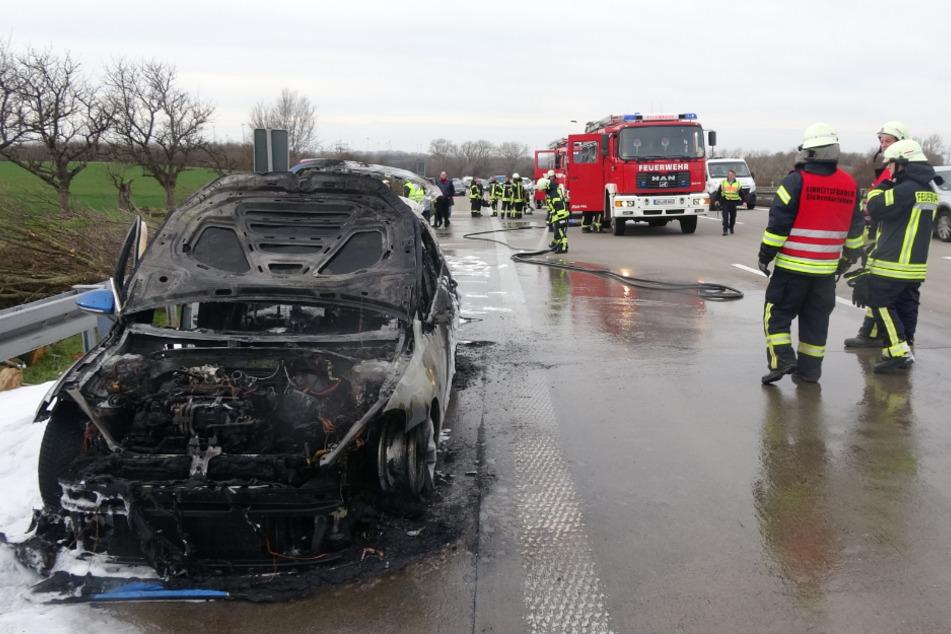 Auf der A2 bei Groß Santersleben ist am Sonntag ein Golf plötzlich in Brand geraten.