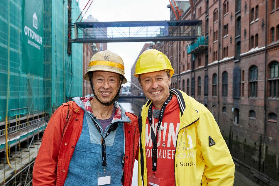 Gerrit (53, l.) und Frederik Braun (53), Gründer der Eisenbahnanlage Miniatur Wunderland, stehen auf einer Brücke über dem Kehrwiederfleet.
