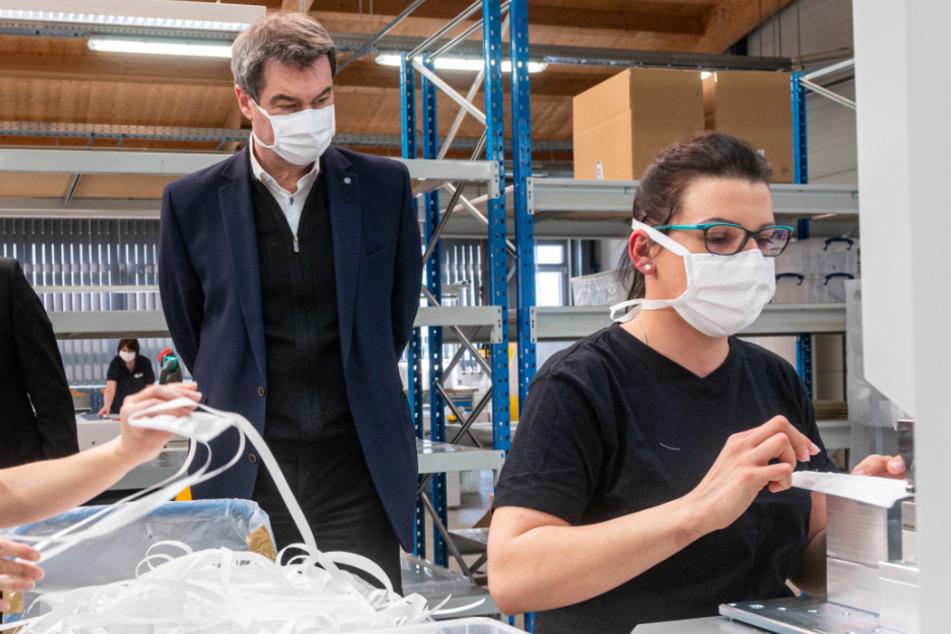 Markus Söder (CSU), Ministerpräsident von Bayern, steht in einer Produktionshalle des Automobilzulieferers Zettl.