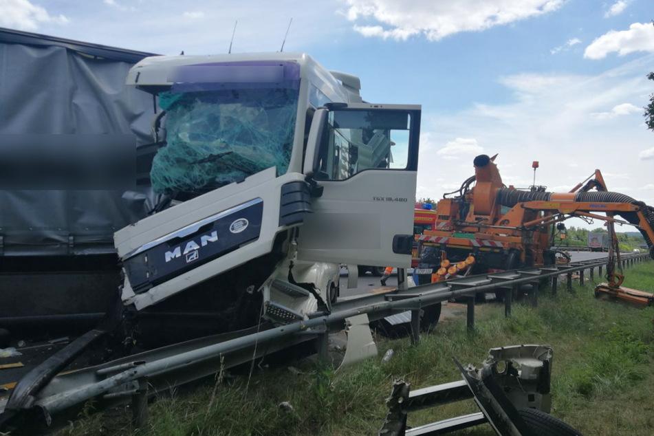 Unfall A81: Laster kracht in Baustellenfahrzeug: Autobahn nach Unfall teils gesperrt