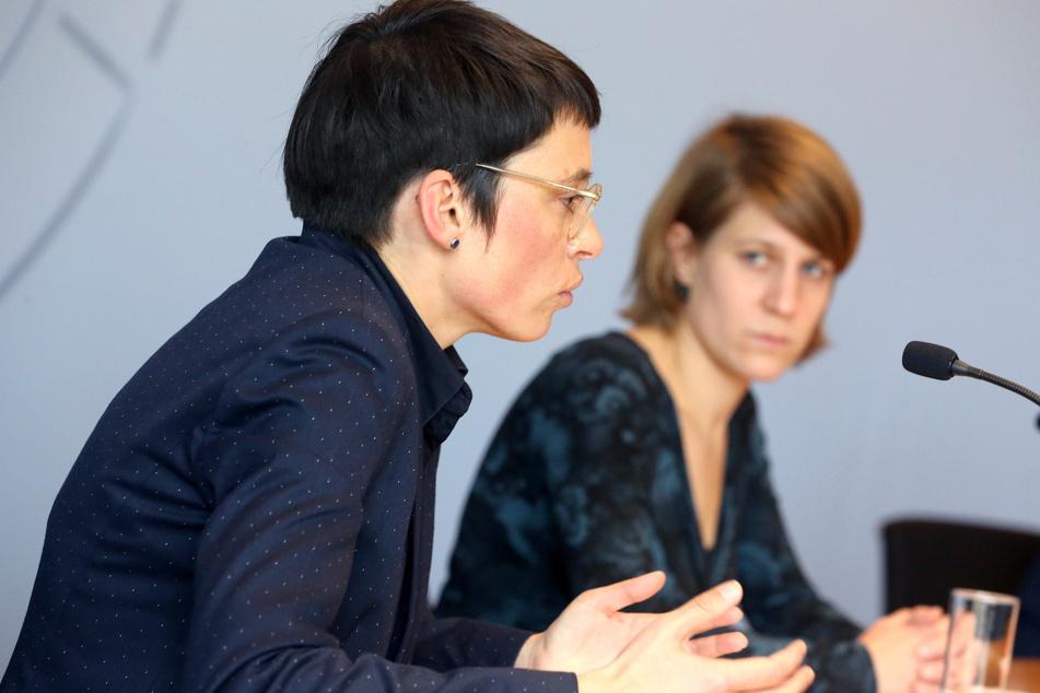 Josefine Paul (l) und Verena Schäffer, die neuen Vorsitzenden der Fraktion von Bündnis 90/Die Grünen im NRW-Landtag, bei einer Pressekonferenz.