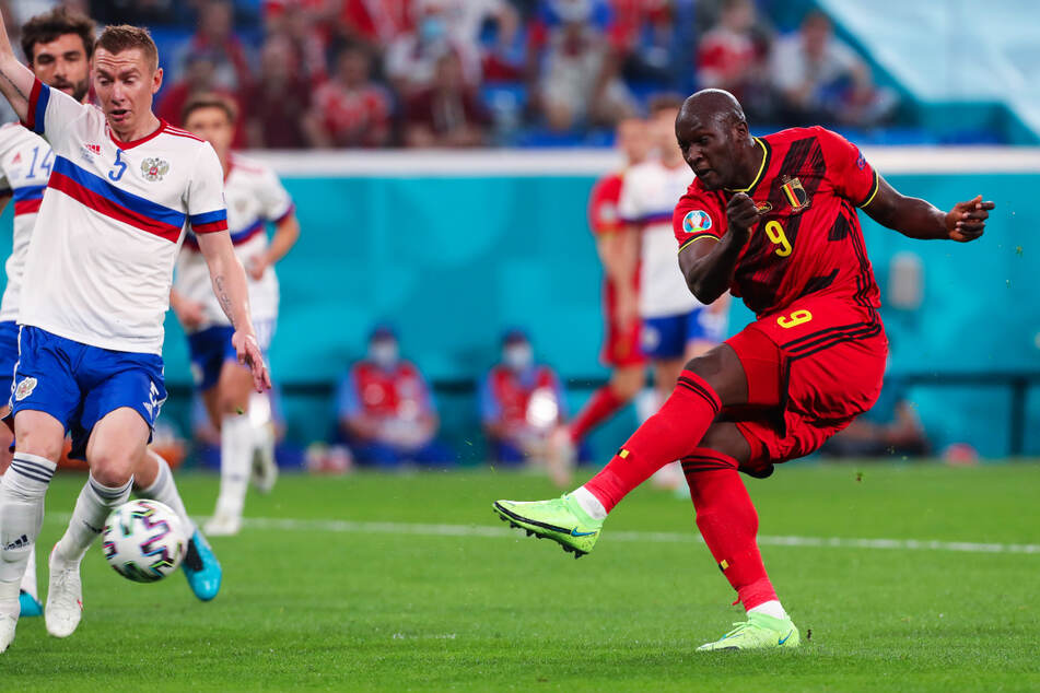 Eiskalt! Muskelpaket Romelu Lukaku (r.) nutzt einen Abwehrfehler von Russland aus und trifft mit einem Drehschuss zum 1:0 für Belgien.