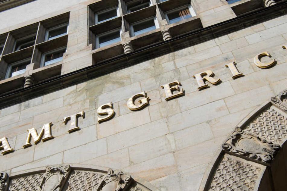 Der Schriftzug Amtsgericht hängt über dem Eingang des Gerichts in Hamburg.