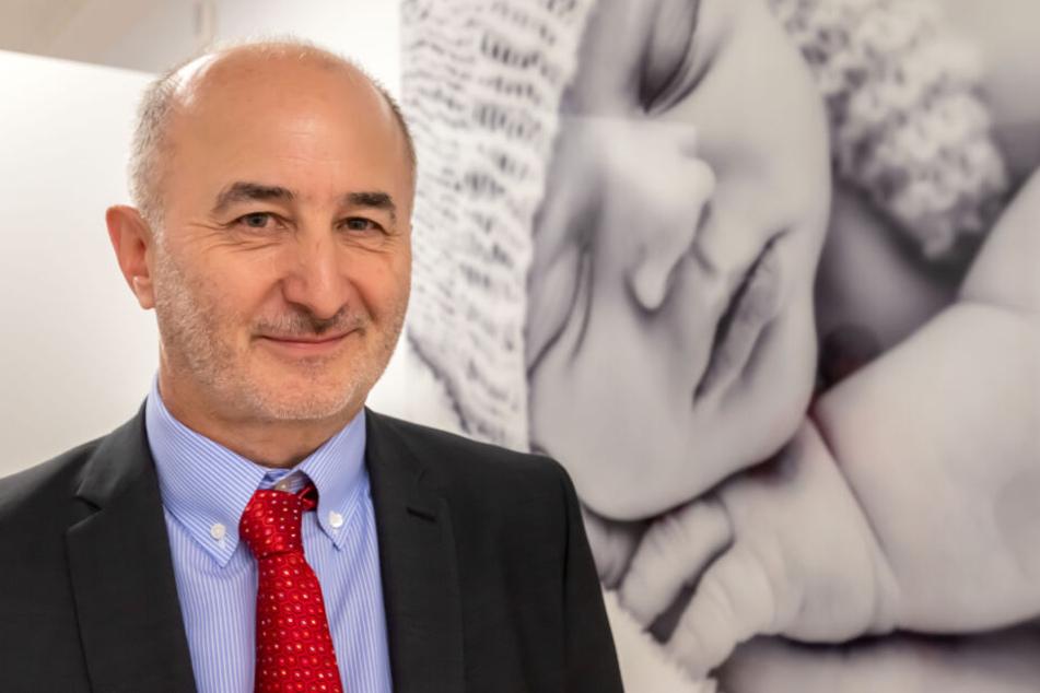 """Chefarzt Dr. Gunter Leichsenring (62) ist stolz auf die neuen Familienzimmer der Station """"Rabenglück""""."""