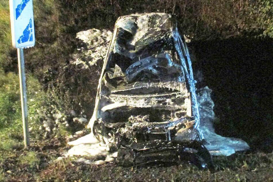 Der Wagen brannte nach dem Unfall komplett aus.