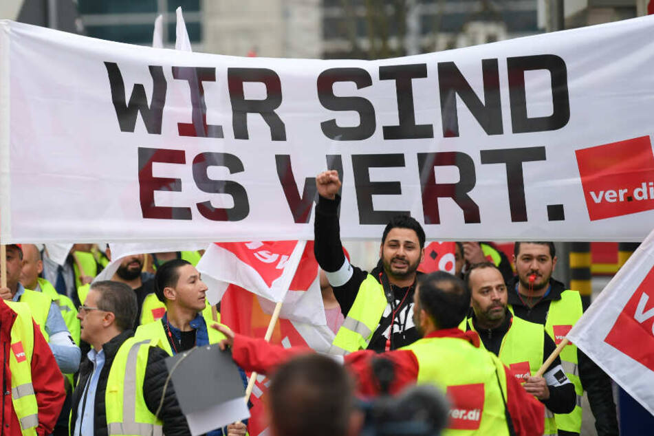 Flughafen-Mitarbeiter sind auf dem Weg zu einer Kundgebung am Frankfurter Flughafen.