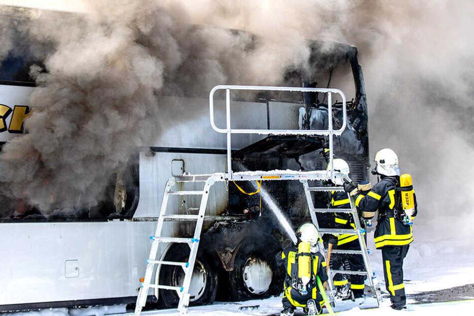 Feuerwehrleute löschen die Flammen.