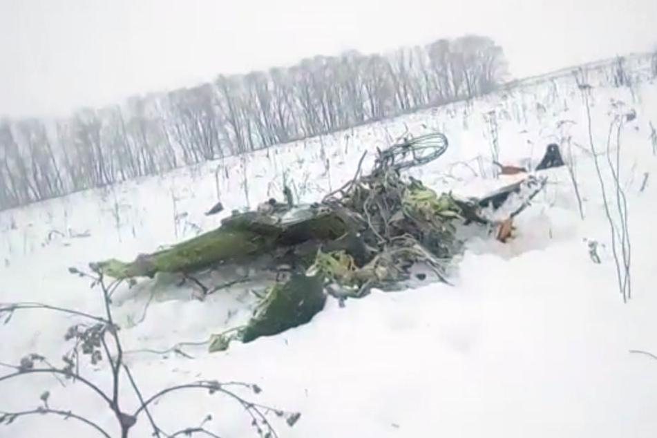 Mehrere Trümmerteile lagen weit verstreut auf einer schneebedeckten Wiese.