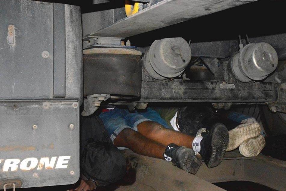 Zwölf Migranten unter Lkw-Aufliegern versteckt