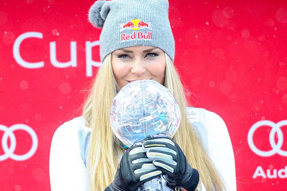 So kennt man Lindsey Vonn (31) auch - mit Siegerpokal und Skimütze.