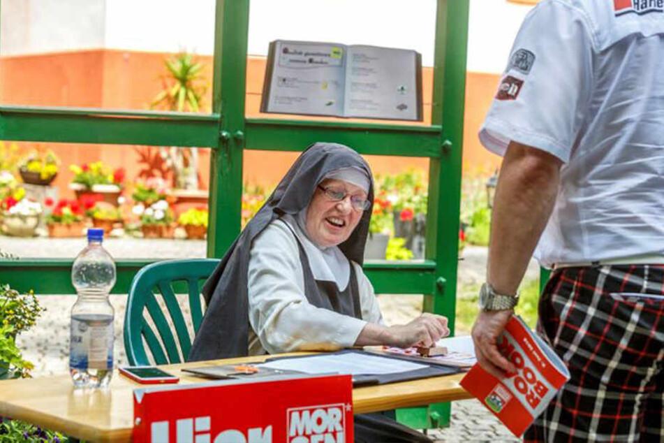 Haltepunkt Kloster St. Marienstift: Schwester Filipa stempelte die Teilnehmerkarten ab.